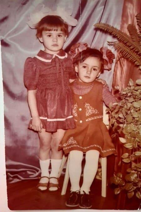 Светлана Тихановская в детстве с сестрой