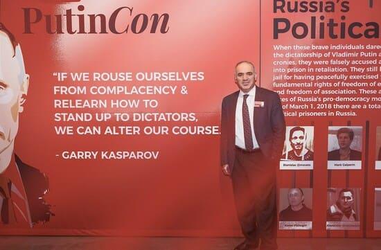 Из-за политической деятельности Гарри Каспаров был вынужден прокинуть Россию