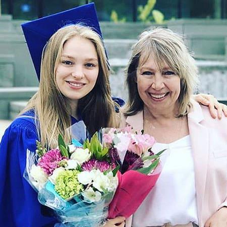 Кристина с мамой Ларисой в день получения диплома, 2017 г.
