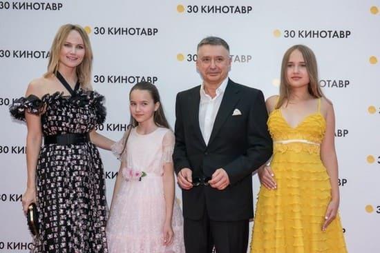 Антон Табаков с семьей на открытии фестиваля Кинотавр