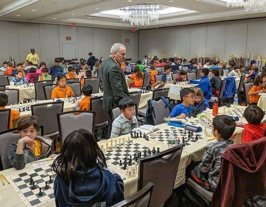 Гарри Каспаров и дети играют в шахматы