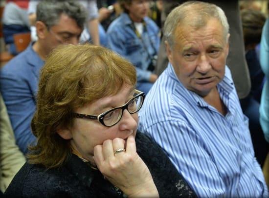 Родители Алексея Навального слушают приговор сыну