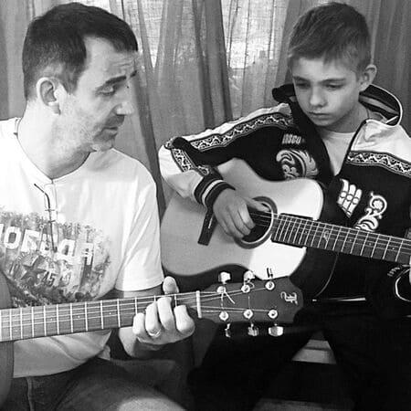 Дмитрий и Елисей Певцовы играют на гитаре