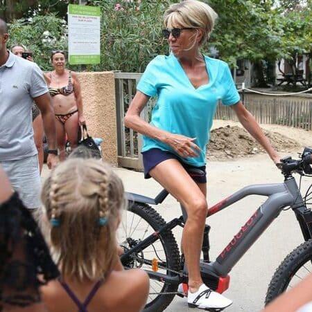 Брижит Макрон на велосипеде