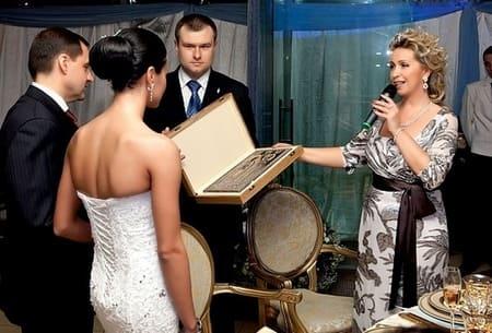 Медведева дарит икону на свадьбе Чащиной