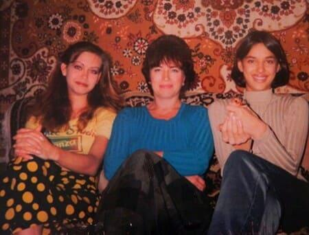Ирина Шейк в молодости с сестрой и мамой