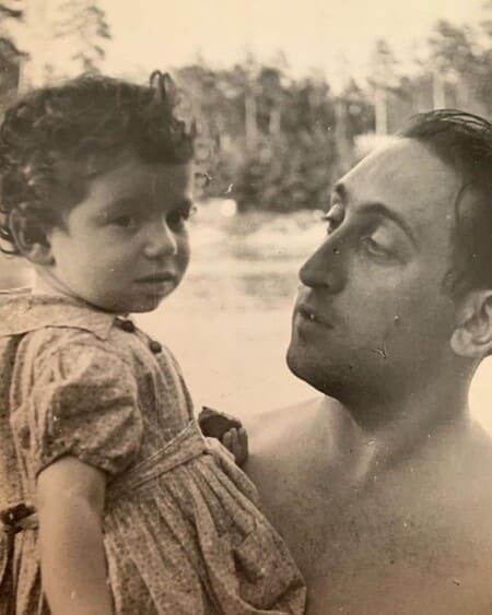 Симона Юнусова в детстве с отцом