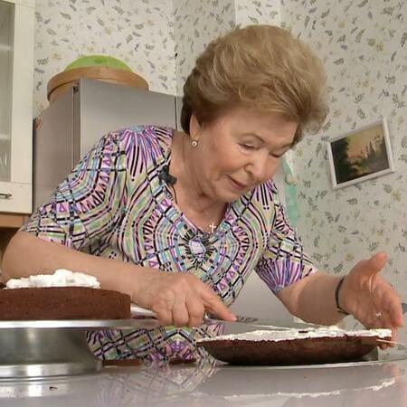 Наина Ельцина готовит