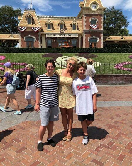 Бритни Спирс с сыновьями в Диснейленде