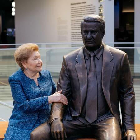 Наина Ельцина с памятником Борису Ельцину