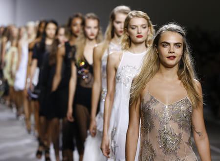 Кара Делевинь закрывает модный показ